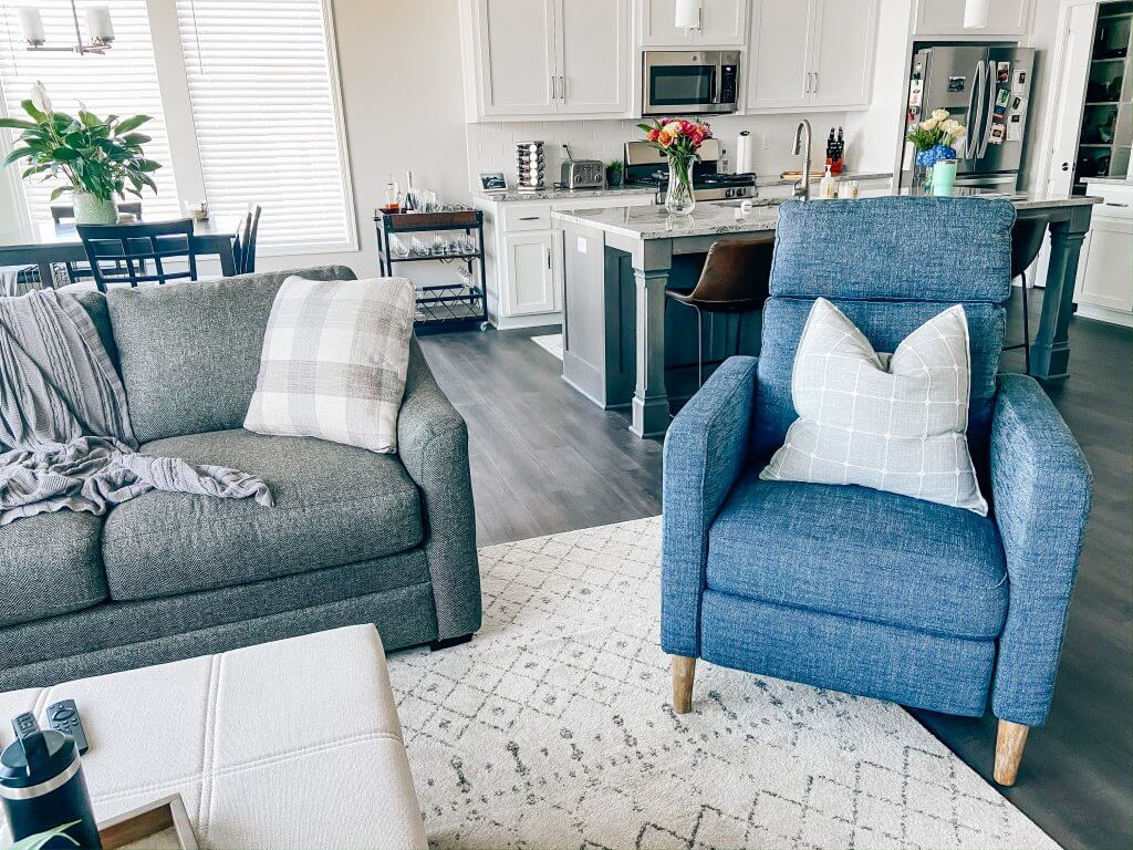 living room decor; sectional, accent chair, throw pillow